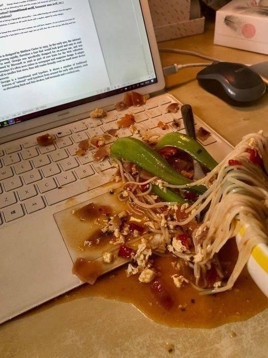 Разлитый суп на ноутбук