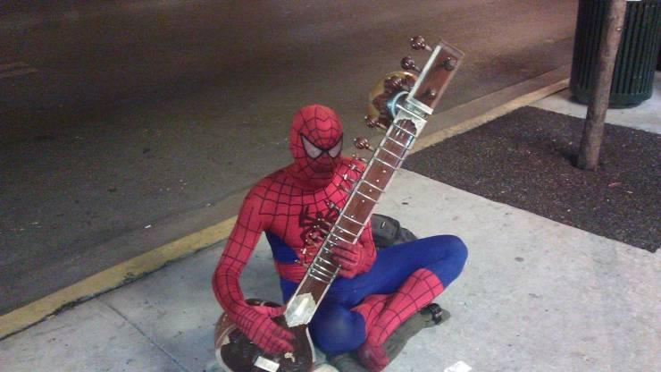Человек-паук играет на музыкальном инструменте