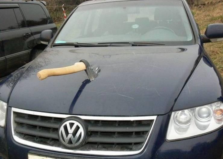 Топор в капоте автомобиля