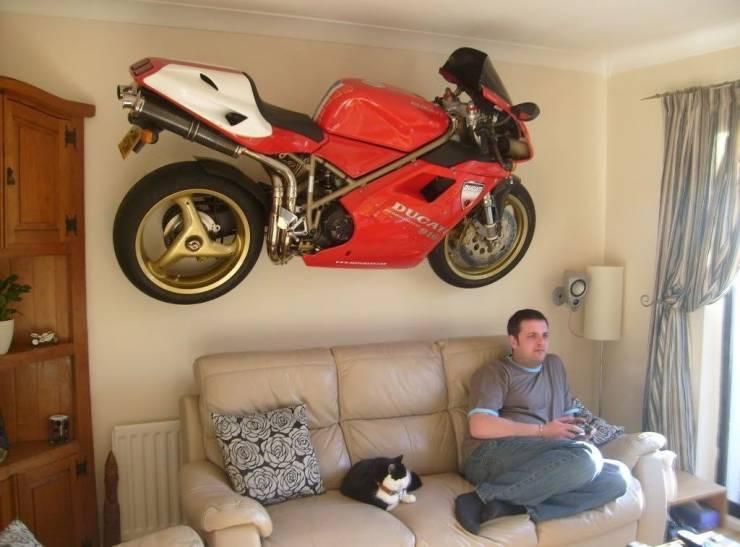 Спортивный мотоцикл на стене