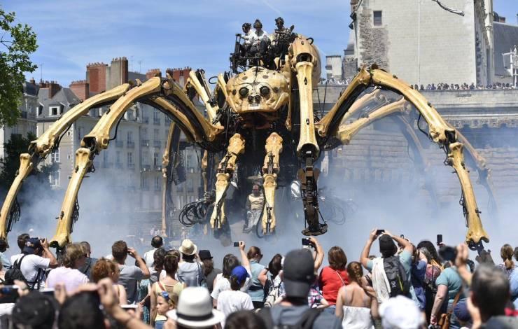 Огромный механический паук
