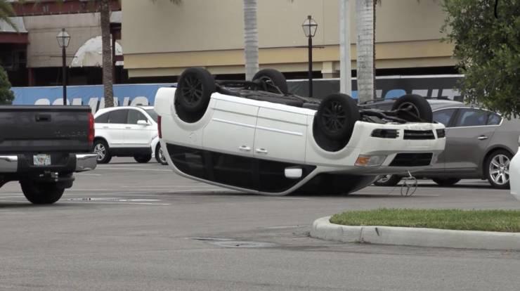 Перевёрнутый автомобиль