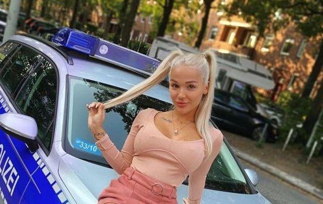 Эмми Расс на полицейском авто