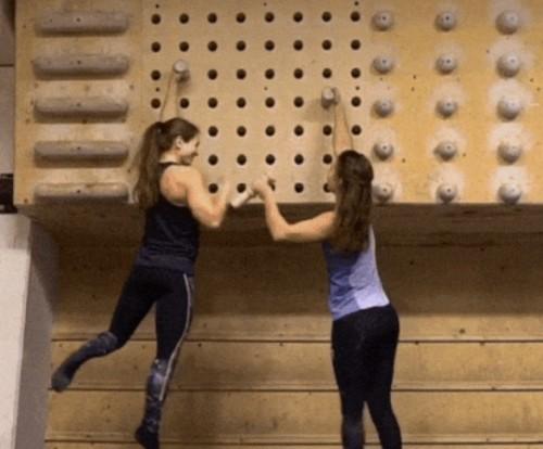 Девушки занимаются скалолазаньем