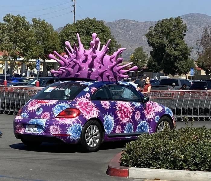 Автомобиль со скульптурой на крыше