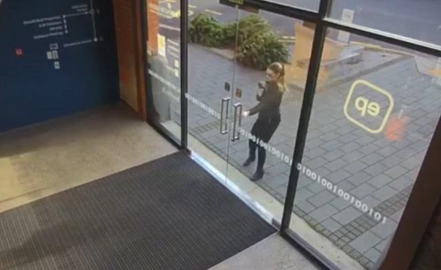 Девушка открывает двери