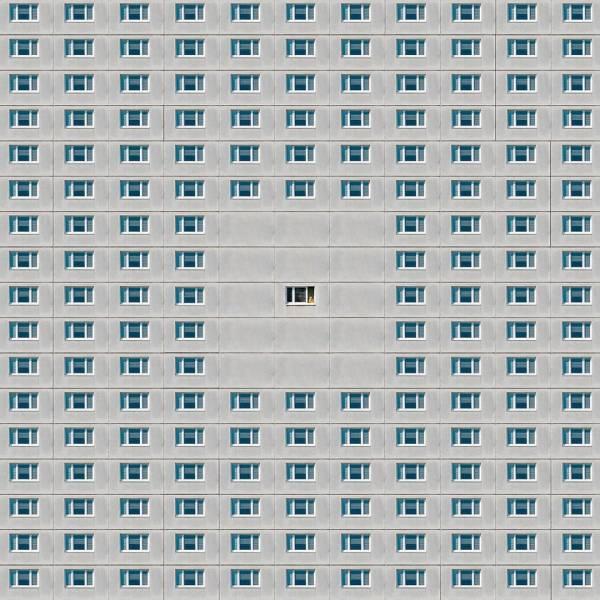 Одинаковые окна в доме