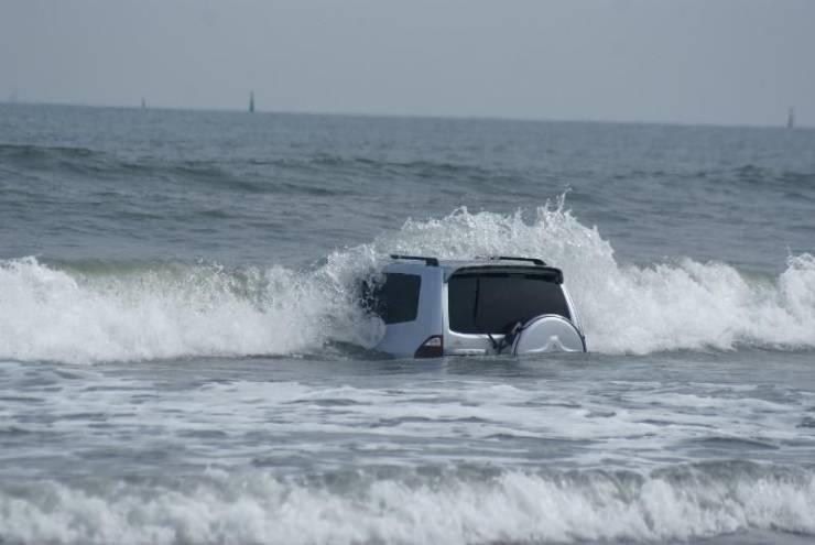 Затопленный автомобиль на берегу океана