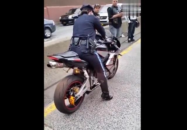 Полицейская на мотоцикле