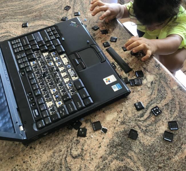 Ребенок разобрал клавиатуру ноутбука