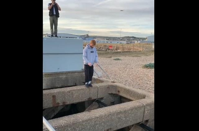 Парень собирается прыгать