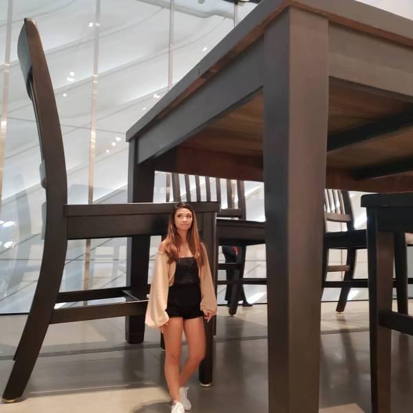 Девушка и огромный стол