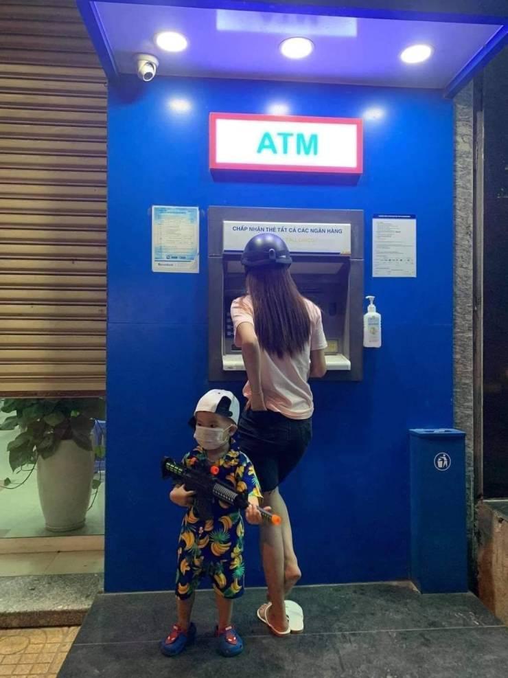 Охранник у банкомата