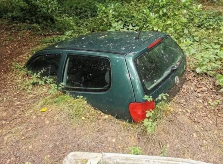 Автомобиль ушел под землю
