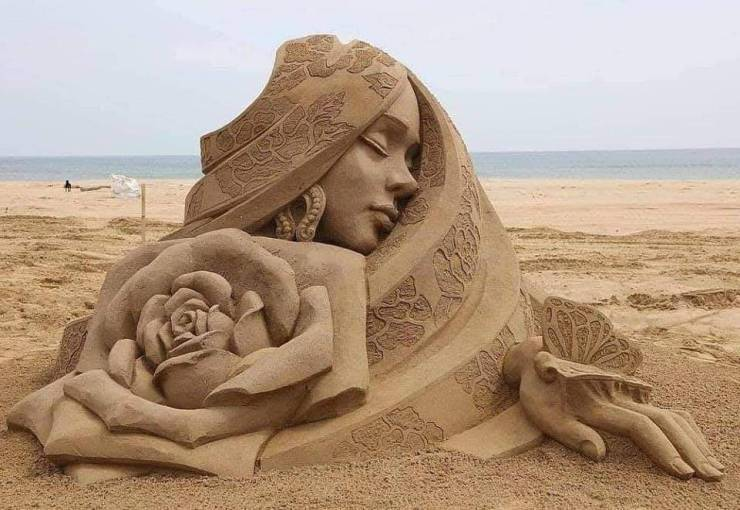 Скульптура девушка из песка