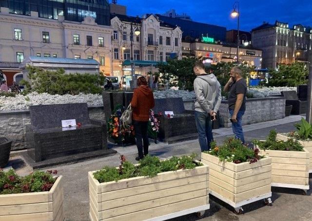 Гранитные скамейки во Владивостоке
