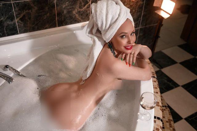 Любовь Бушуева в ванной