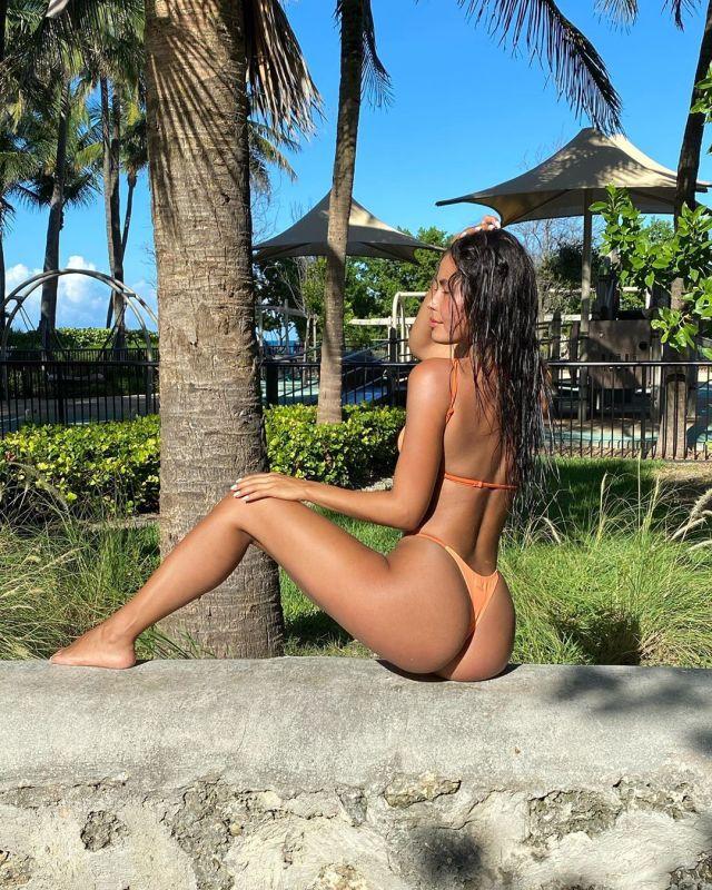 Флоренс Мюллер на фоне пальмы