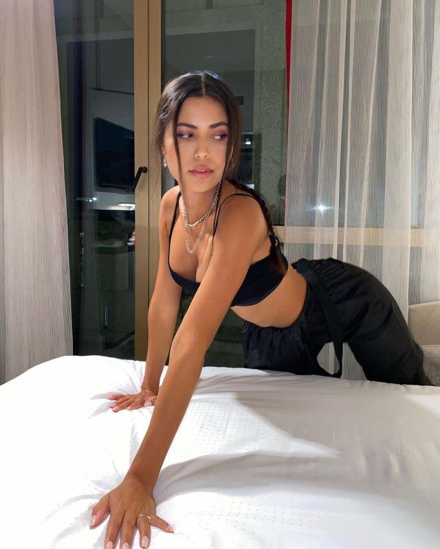 Флоренс Мюллер облокотилась на кровать