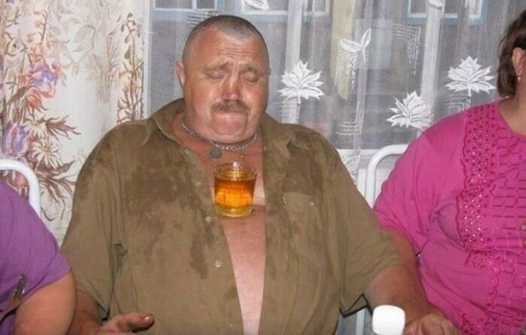 Бокал с пивом на животе