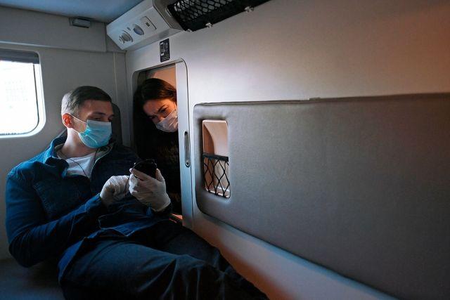 Парень и девушка в плацкартном вагоне