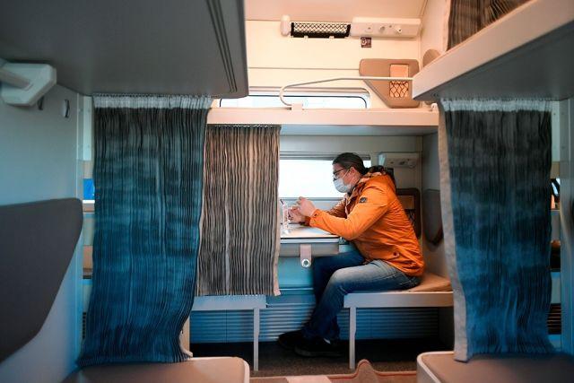Мужчина в плацкартном вагоне