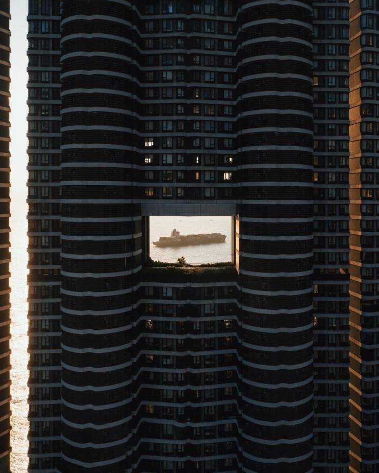 Вид на корабль через здание