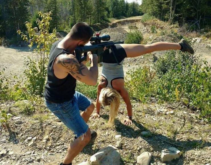 Девушка-подставка для оружия