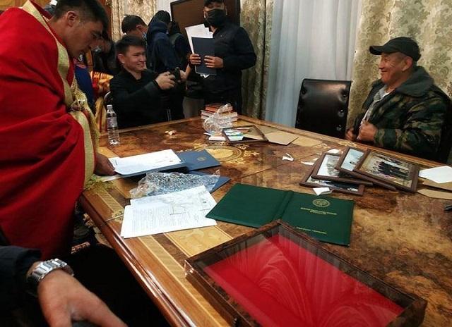 Демонстранты за столом парламента Кыргызстана