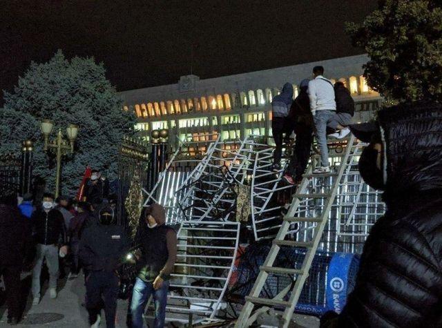 Демонстранты перелазят забор парламента Кыргызстана