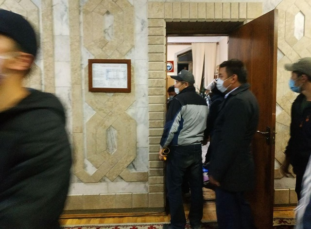 Демонстранты в Белом Доме Кыргызстана