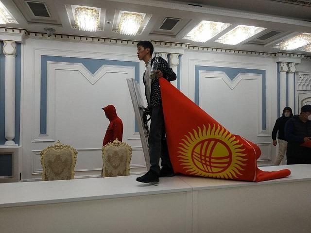 Мужчина с флагом Кыргызстана