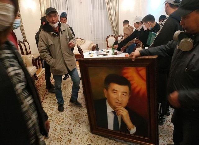 Демонстранты захватили парламент Кыргызстана