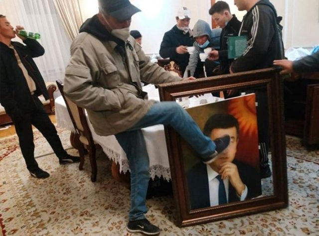 Демонстрант пинает картину