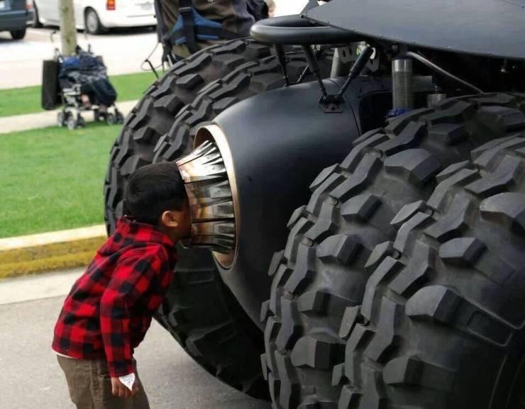 Мальчик и бэтмобиль
