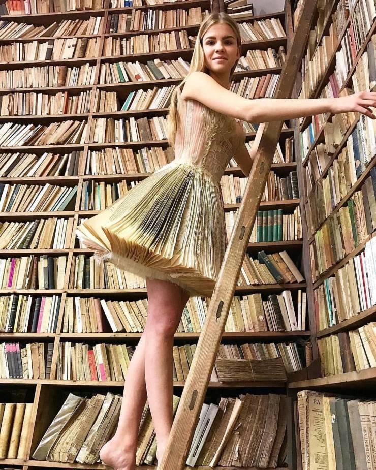 Девушка в юбке-книге