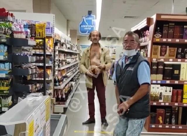 Неадекватный мужчина в магазине
