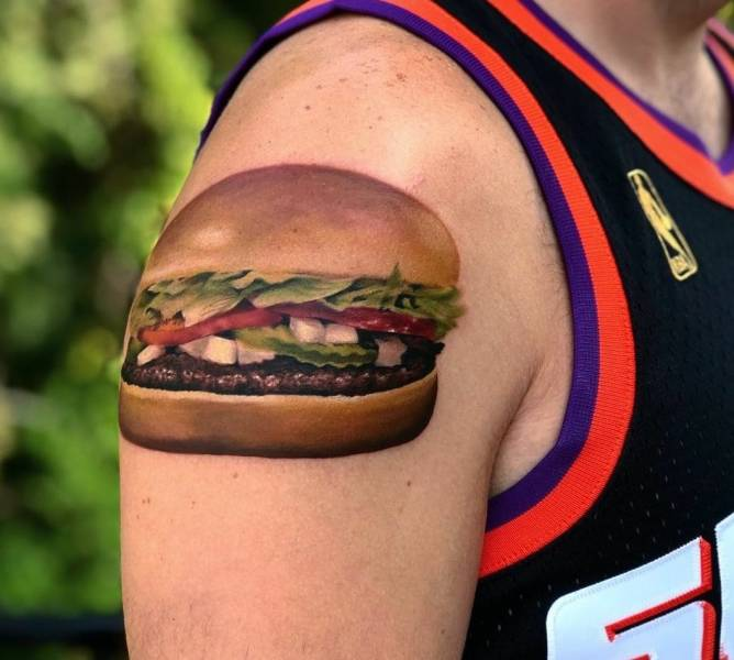 Татуировка бургер на плече