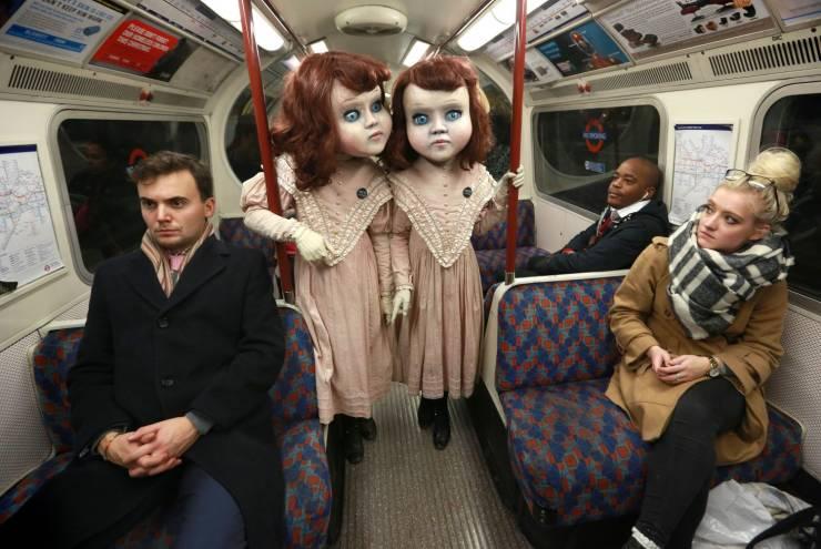 Страшные костюмы девочки в метро