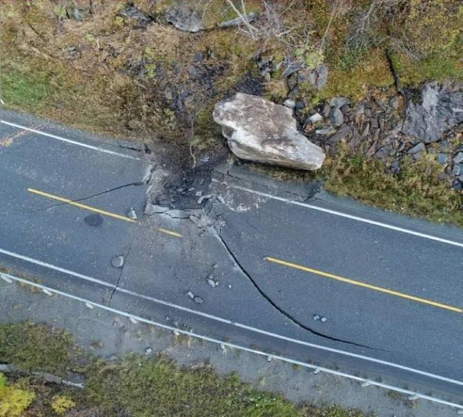 Огромный камень упал на дорогу