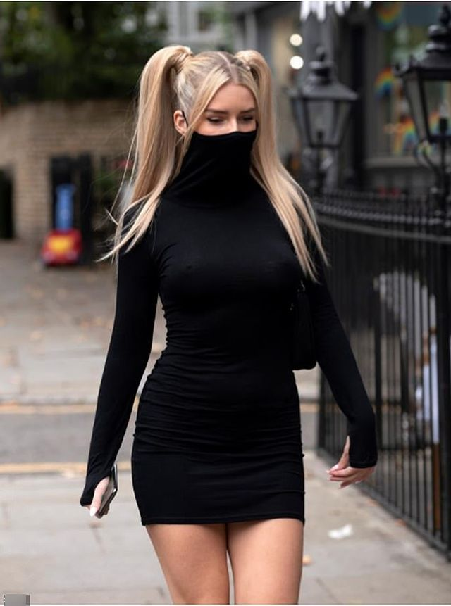 Лотти Мосс в платье с маской