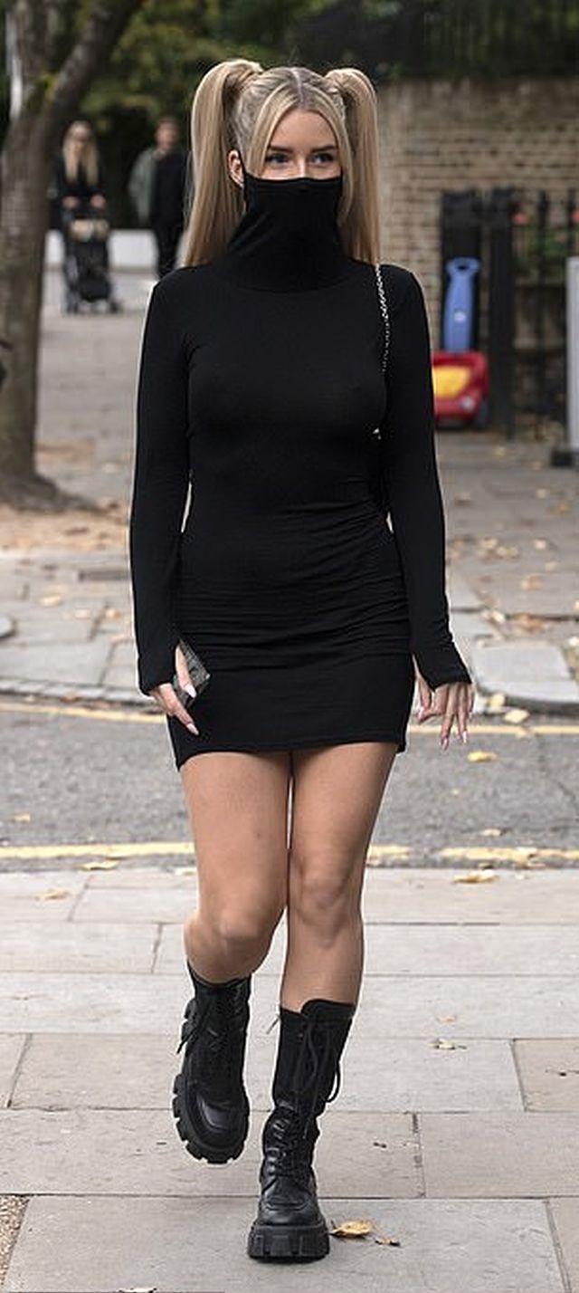 Лотти Мосс в платье с маской гуляет по Лондону