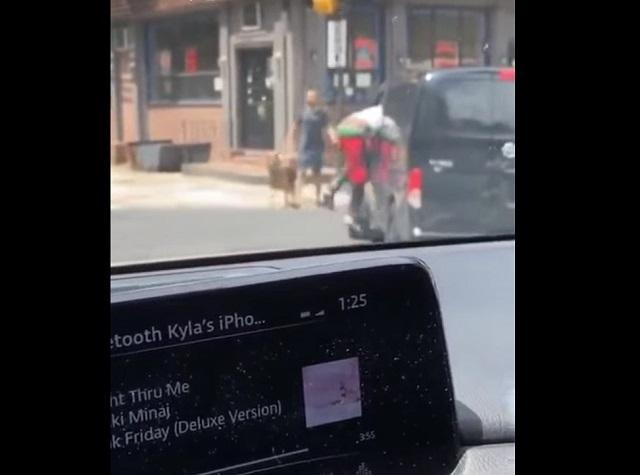 Мужчина залез в окно машины