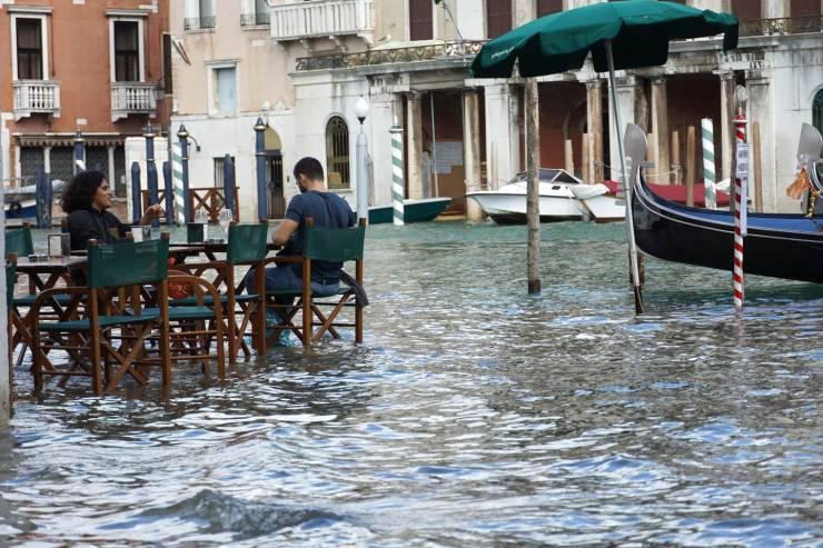 В кафе во врем наводнения