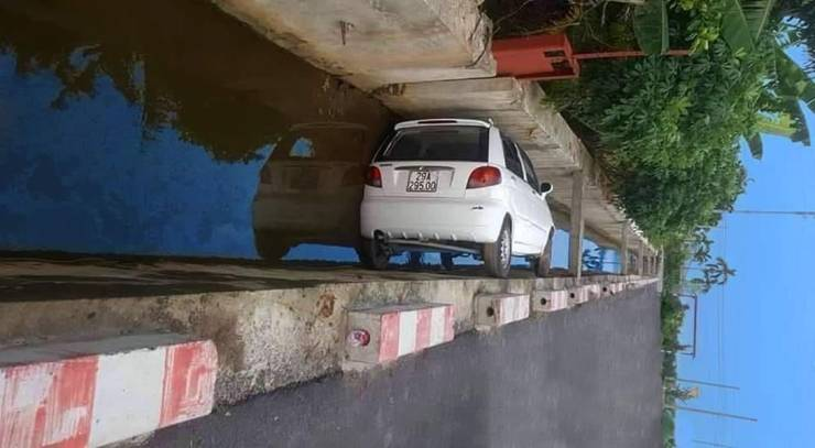 Машина в канаве