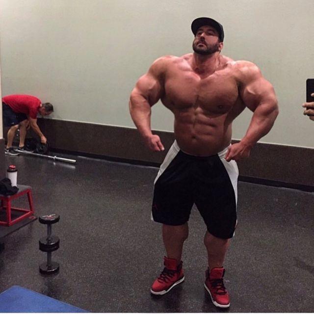 Крейг Голиас показывает мышцы