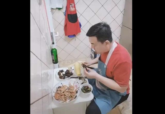 Мужчина ест на кухне