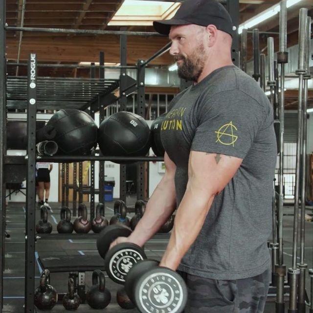 Итан Сапли занимается в спортзале