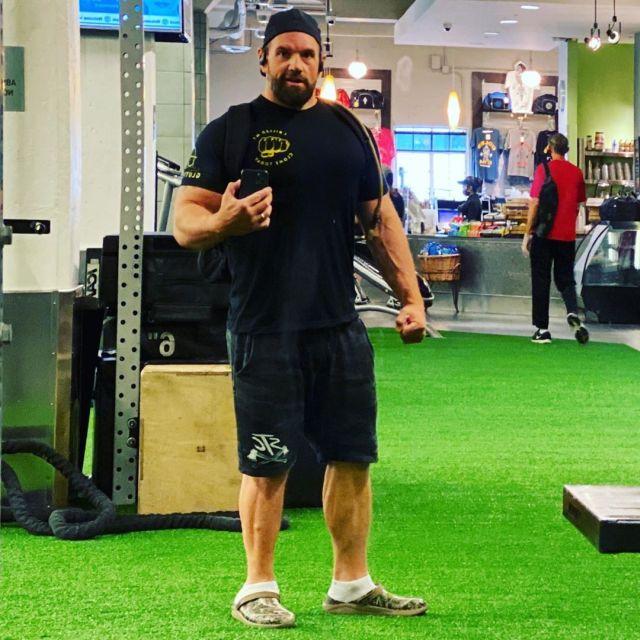 Итан Сапли в спортзале