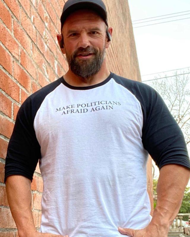 Итан Сапли в футболке с надписью